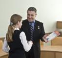 Ю.Ващук вручает призы