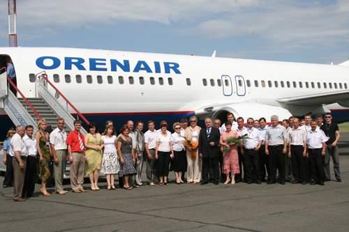 """737-800. 9 июля 2011 года руководство и сотрудники ORENAIR в  """"Международном аэропорту  """"Оренбург """" встретили..."""