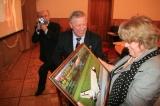 Г.Г.Ирейкин вручает подарок Х.Х.Макагоновой