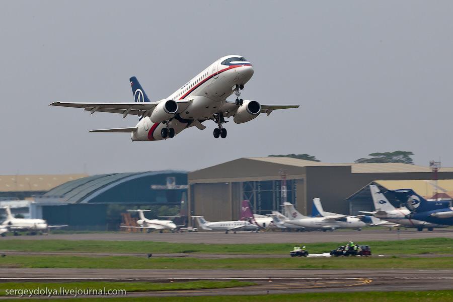 Взлет SuperJet в Индонезии