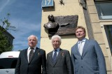 Слева направо: Владимир Михайлов, Степан Микоян, Сергей Коротков на открытии мемориальной доски Михаилу Гуревичу