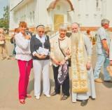Отец Николай Струков с родственниками героев легендарного перелета