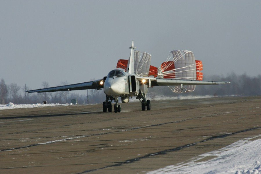 Пробег Су-24 с выпущенными парашютами