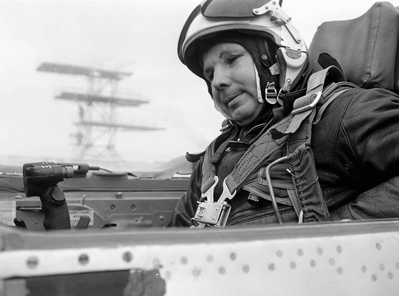 Летчик-космонавт Юрий Гагарин готовится к выполнению полетного задания в кабине реактивного истребителя МиГ-21. 1967 год.