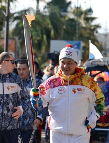 Министр обороны РФ Сергей Шойгу во время эстафеты Олимпийского огня в Сочи