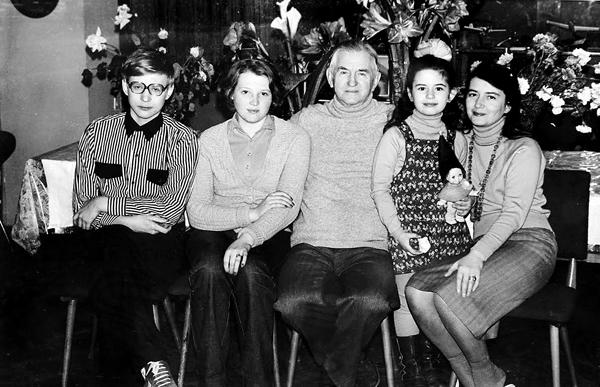 Олег Антонов с детьми Андреем, Еленой, Анной (справа) и внучкой Ветой. Фото из архива Анны Антоновой