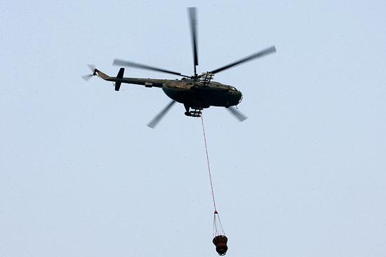 Водосливные устройства подвешиваются на корпус вертолёта Ми-8
