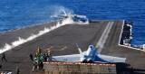 Взлет F/A-18 Hornet с палубы авианосца