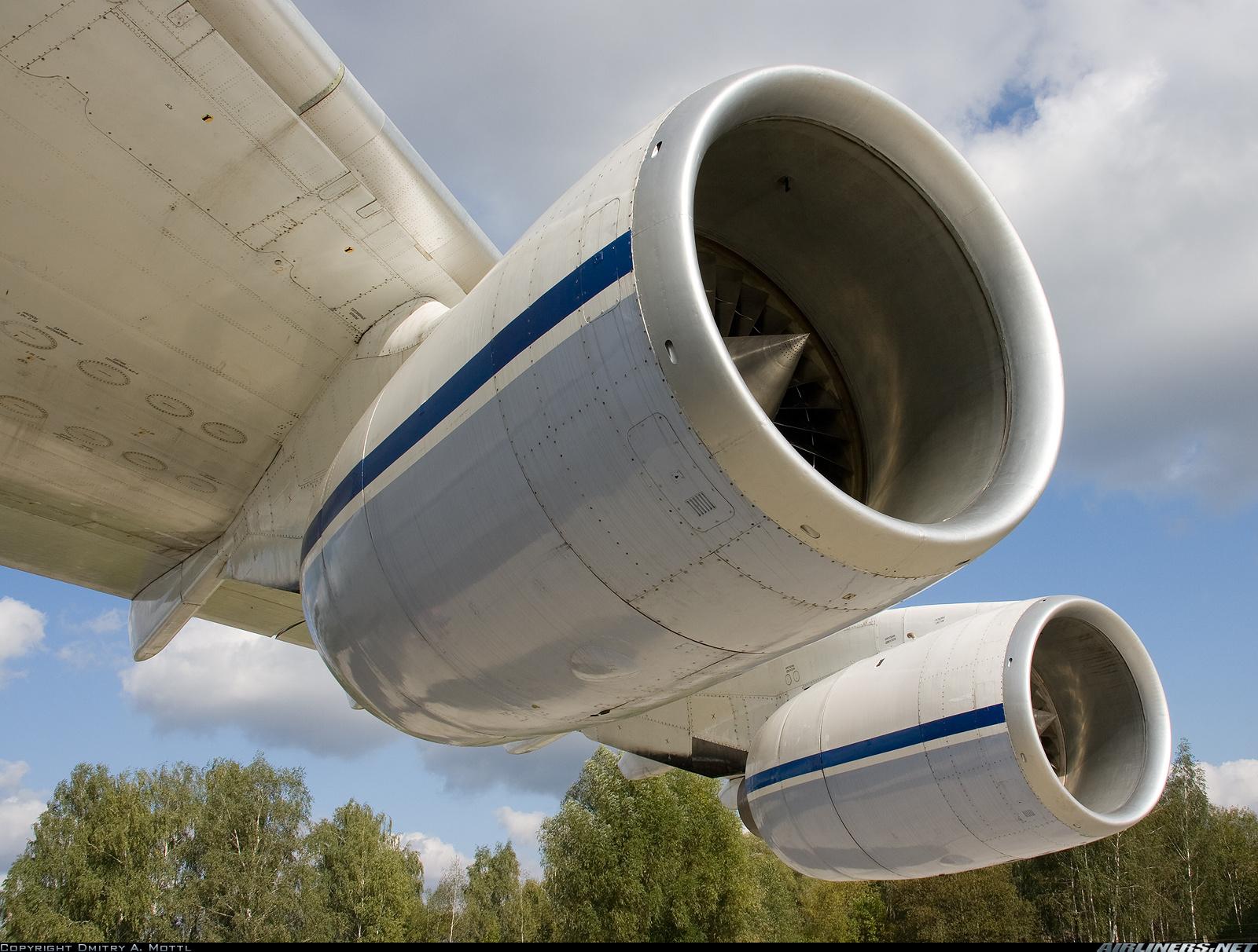 Двигатели Д-18 под крылом Ан-124