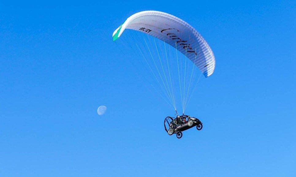 Французский пилот Бруно Веццоли на летающей машине