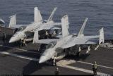 F/A-18 со сложенным крылом на палубе