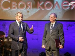 Сергей Шойгу вручает награду Иринархову