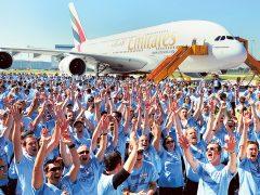 Рабочие предприятия Airbus в Гамбурге на церемонии передачи авиакомпании Emirates первого заказанного ею пассажирского самолета Airbus A380, 28.07.2008 (с) АР