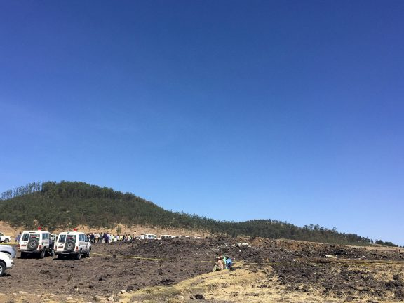 Место крушения пассажирского самолета в Эфиопии Фото: REUTERS